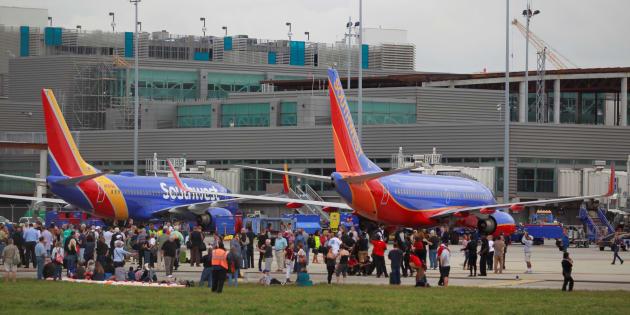 Des voyageurs de l'aéroport de Fort Lauderdale, en Floride, patientent sur le tarmac après la fusillade, vendredi 6 janvier.