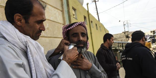 Un Irakien se fait raser la barbe après s'être réfugié dans la mosquée du village de Kokjla, à quelquqes centaines de mètres de Mossoul, où les batailles entre l'Etat islamique et les troupes de la coalition s'intensifient.