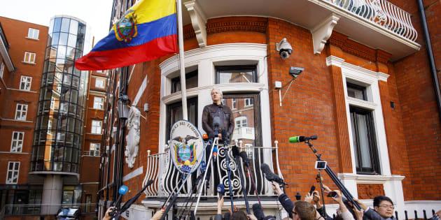 El fundador de WikiLeaks, Julian Assange, habla desde el balcón de la embajada de Ecuador en Londres, en mayo del pasado año.