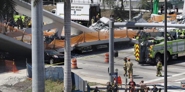 Vehículos atrapadas debajo del puente que se ha derribado.