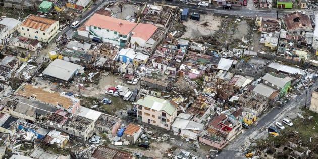 """Saint-Martin: au moins 8 morts sur l'île française, """"détruite à 95%"""" après le passage de l'ouragan Irma (photo: Philipsburg, dans la partie néerlandaise de l'île, après le passage de l'ouragan)"""