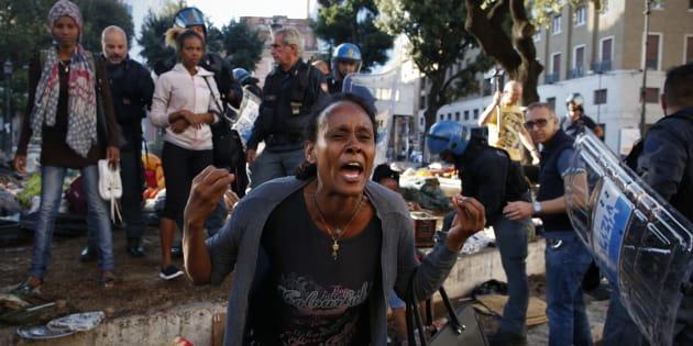 Sgombero dell'accampamento di rifugiati eritrei e somali a Roma, in Piazza Indipendenza il 24 agosto 2017, dopo lo sgombero del palazzo occupato in Via Curtatone