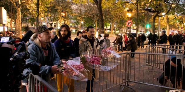 Les membres du groupe américain Thirty Seconds to Mars sont venus se recueillir devant le Bataclan, deux ans après l'attaque qui a eu lieu dans la salle de concert.