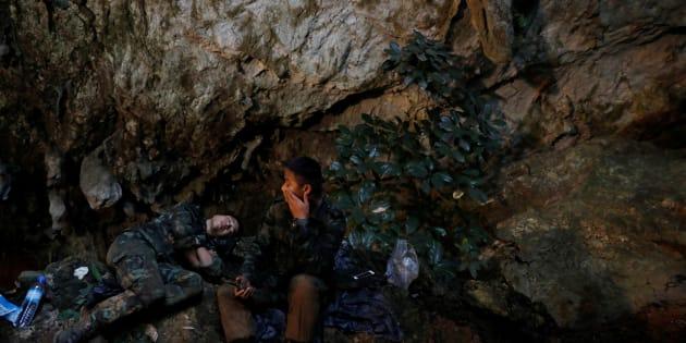 12 enfants thaïlandais et leur coach ont été pris aux piège de la grotte de Thuma Lang, au nord du pays, pendant une vingtaine de jours. Une vaste opération de sauvetage a réussi à les faire sortir sains et saufs.  Le groupe serait resté calme grâce au coach, un ancien moine bouddhiste adepte de la méditation.