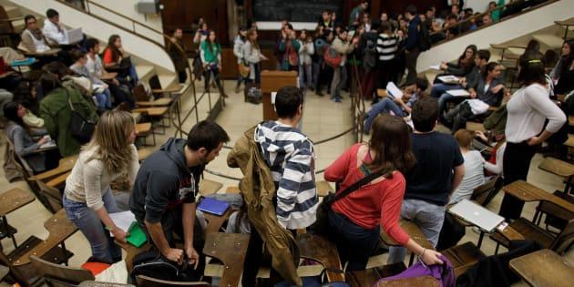 Un grupo de estudiantes abandona un aula en la Ciudad Universitaria de Madrid, en una imagen de archivo.