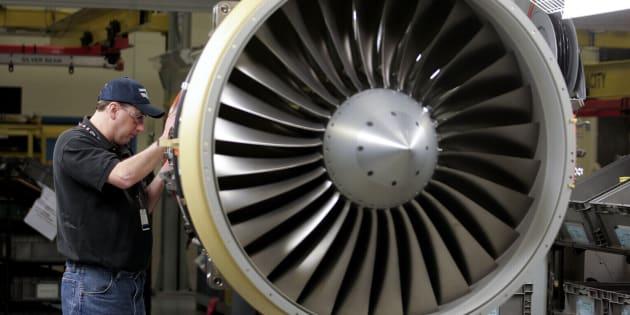 Un technicien assemble un moteur à réaction sur un modèle CRJ900 de Bombardier (2010).