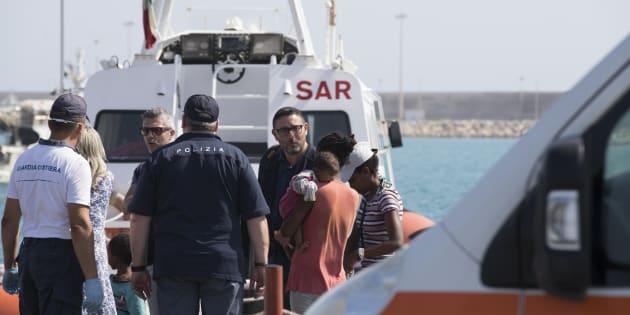 Sbarcano i 450 migranti a Pozzallo, tutti negli hotspot in a