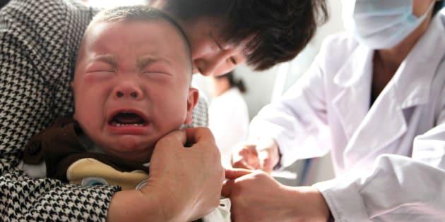 Un enfant reçoit un vaccin dans un hôpital de la ville de Huaibei, dans l'est de la Chine.