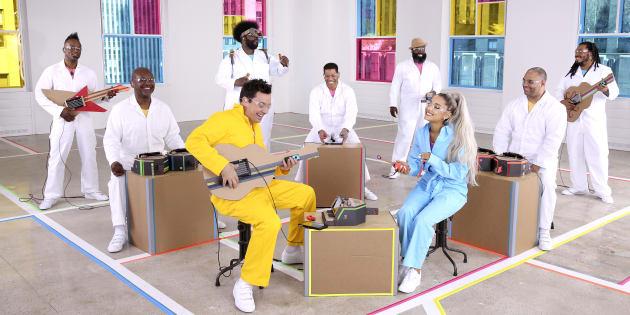 (14日):番組司会者ジミー・ファロンさん(手前左)と人気歌手のアリアナ・グランデさん(手間右)。バンド「ザ・ルーツ」がNintendo Labo楽器を使って演奏する。