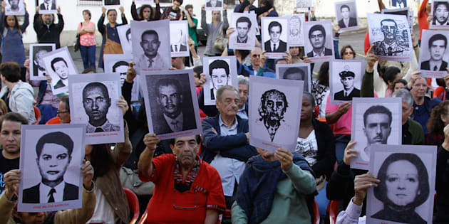 Membros da Comissão Nacional da Verdade e ativistas pelos direitos humanos protestam na antiga sede do DOI-Codi, em São Paulo, em 2017.