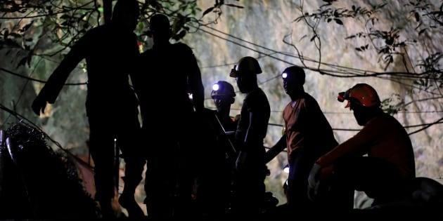 Los equipos de rescate sacan las máquinas después de que 12 jugadores de fútbol y su entrenador fueron rescatados en el complejo de cuevas de Tham Luang en la provincia norteña de Chiang Rai, Tailandia.