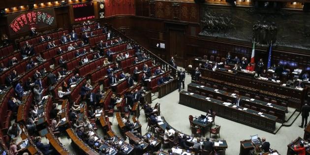 "Tre deputati del Pd aggrediti da alcuni manifestanti No Vax. Renzi: ""Follia pura"""