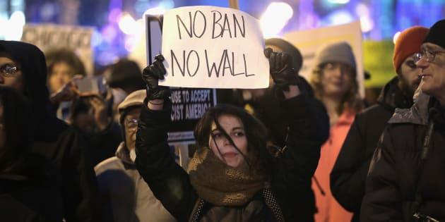 """Des centaines de manifestants réunis contre le """"Muslim ban"""", le 1er février à Chicago."""
