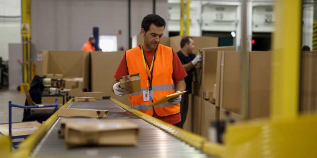 Un empleado de Amazon en el centro logístico de San Fernando de Henares en Madrid.