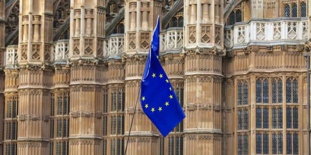 Un drapeau de l'Union européenne agité par des manifestants anti-Brexit sur la place du Parlement britannique à Londres le 4 décembre 2018.