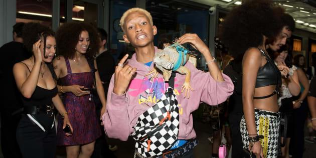 """Jaden Smith pose avec un iguane sur l'épaule à la première de """"Skate Kitchen"""""""