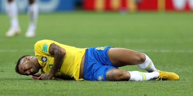 Neymar tirado en la cancha durante el partido de Cuartos de Final contra Bélgica en el Mundial Rusia 2018.