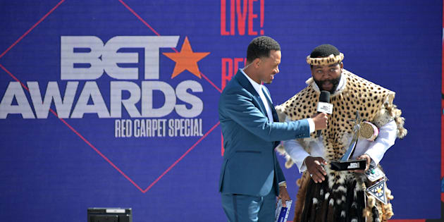 Host Terrence J presents the International Viewer's Choice award for Best New Act to Sjava onstage at Live! Red! Ready! Pre-Show on Sunday.