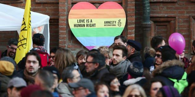"""Bandera gay con la leyenda """"El amor es un derecho humano"""" usada durante una marcha en Torino, Italia."""