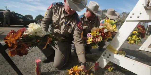 Des policiers ont déposé des gerbes de fleurs près de la barricade autour de la First Baptist Church au lendemain de la fusillade qui a fait 26 morts dimanche, à Sutherland Springs, au Texas.