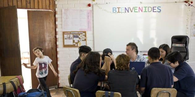 Laura, una estudiante transgénero, entra a un aula de la escuela Amaranta Gómez en Santiago, Chile.