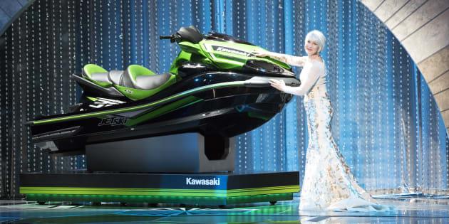 Helen Mirren présentant le fameux Jet Ski sur la scène des Oscars le 4 mars 2018.