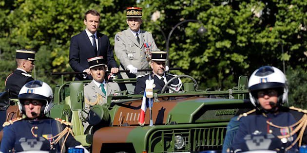 Le Président Emmanuel Macron et le général Pierre de Villiers lors du défilé du 14 juillet sur les Champs-Elysées à Paris, le 14 juillet 2017.