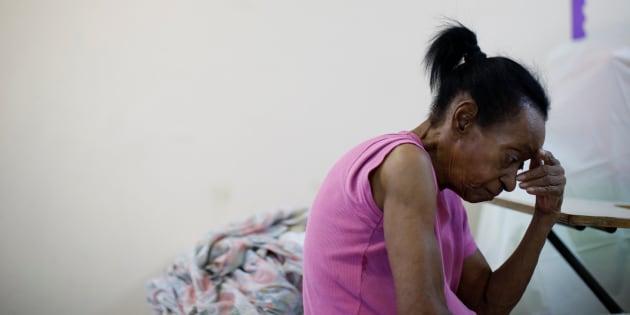 Una mujer descansa en una escuela usada como refugio ante la llegada de María en Guayama, Puerto Rico, ayer martes.