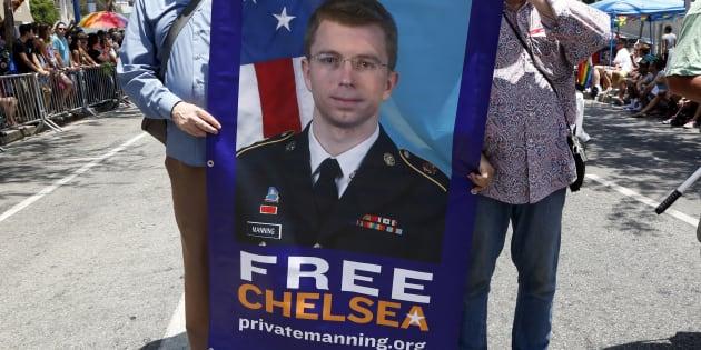 Une banderole pour la libération de Chelsea Manning lors de la grande marche gay et LGBT de Los Angeles en 2014.