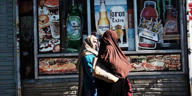 Deux femmes musulmanes marche le long de l'avenue Coney Islande le 18 octobre 2017, à New York aux États-Unis.