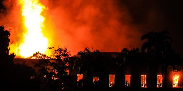 Incêndio no Museu Nacional da Quinta da Boa Vista destrói séculos de Ciência no Brasil.