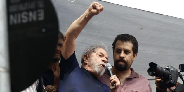 Os únicos presidenciáveis citados por Lula em seu discurso foram Guilherme Boulos (à dir) e Manuela D'Ávila.