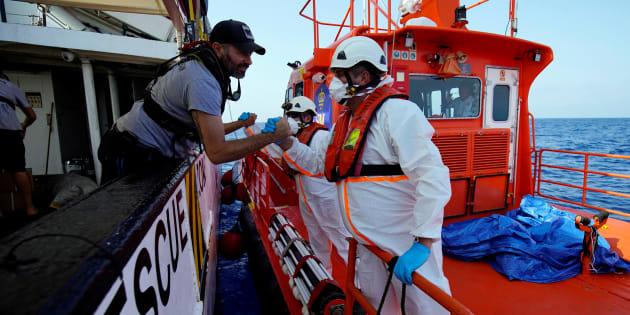 Un tripulante del 'Open Arms' y un funcionario de Salvamento se saludan el pasado 8 de agosto, cuando el buque de la ONG fue llevado al puerto de Algeciras.