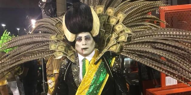 Desfile da escola de samba Paraíso do Tuiuti  trouxe um personagem que fazia referência aopresidente Michel Temer vestido de vampiro.