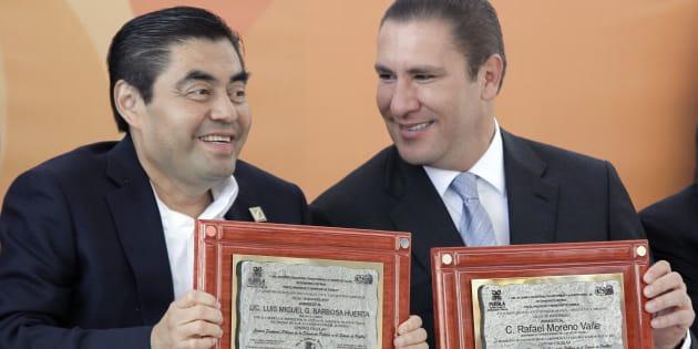 7 de febrero de 2014. El gobernador Rafael Moreno Valle (derecha) y el senador Miguel Barbosa Huerta durante la ceremonia conmemorativa al 60 aniversario del centro escolar Venustiano Carranza del municipio de Tehuacán, Puebla.