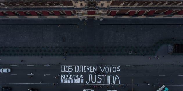 """Periodistas protestaron frente al Palacio Nacional, luego del asesinato del reportero Héctor González Antonio, en Tamaulipas, bajo la consigna """"Ustedes quieren votos, nosotros justicia""""."""