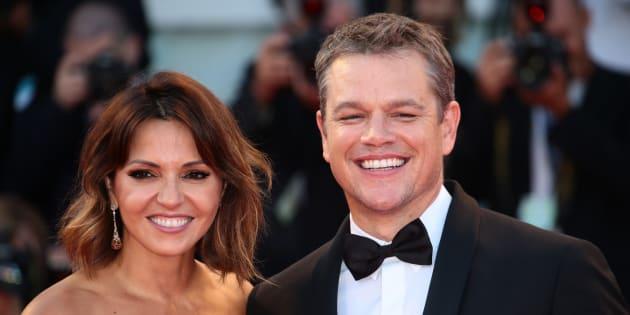 """Matt Damon et Luciana Barroso sur le tapis rouge de la Mostra de Venise pour assister à la projection de """"Downsizing"""", le 30 août 2017."""