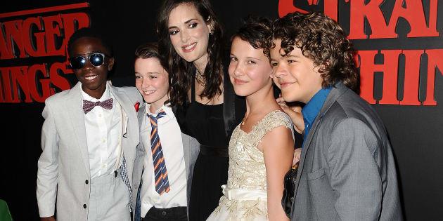 Los actores Caleb McLaughlin, Noah Schnapp, Millie Bobby Brown y Gaten Matarazzo junto a Winona Ryder en julio de 2016.
