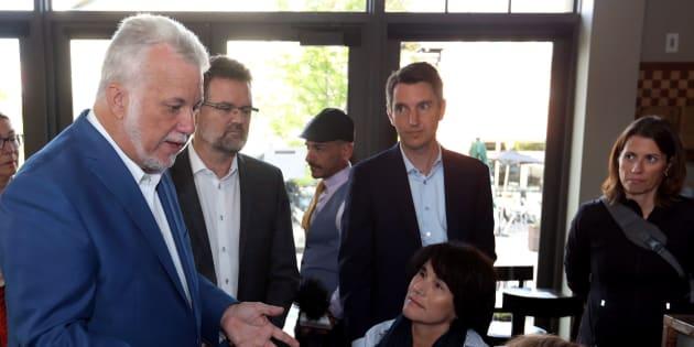 Philippe Couillard était à Gatineau vendredi matin en compagnie du maire de la ville, Maxime Pedneaud-Jobin, et le candidat libéral André Fortin.