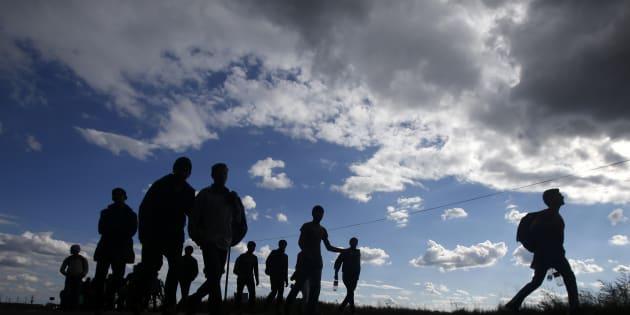 Des migrants marchent vers la frontière entre la Serbie et la Hongrie, porte de l'Union européenne, le 4 octobre 2016. (AP Photo/Darko Vojinovic)