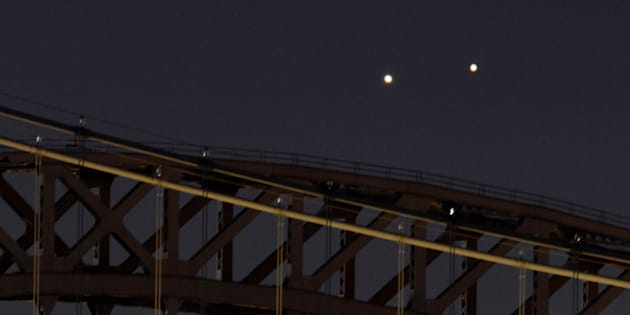 Venus et Jupiter ensemble dans le ciel de New York en 2014. Ce 13 novembre, les deux astres se trouveront exactement dans le même axe.