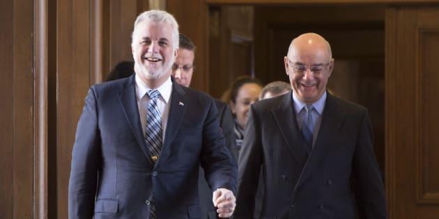 Le premier ministre Philippe Couillard (à gauche) et Jacques Daoust (à droite) qui était alors ministre des Transports. La photo a été prise en 2016.