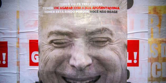 Cartaz a favor da greve geral com imagem do presidente Michel Temer.