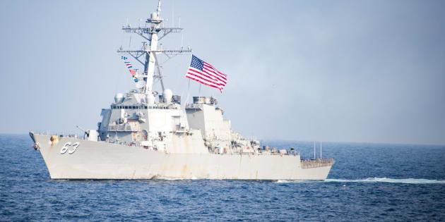 Foto de archivo fechada el 22 de marzo de 2017 que muestra al buque destructor de misiles guiados de la Marina estadounidente USS Stethem mientras navega en las aguas al este de la Península de Corea.