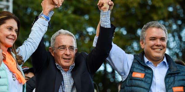 Álvaro Uribe, en el centro, durante la campaña a las presidenciales del 27 de mayo en Colombia.