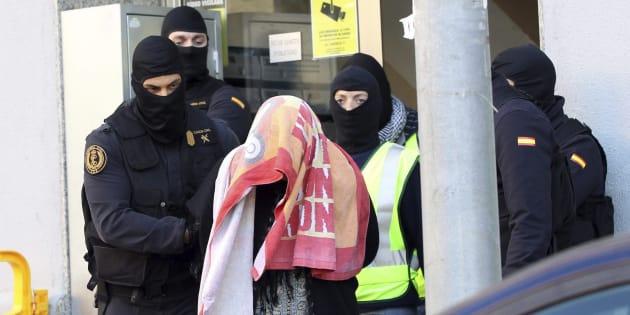 Agentes de la Guardia Civil escoltan a la mujer que, junto a su marido y a sus dos hijos gemelos, han sido detenidos en Badalona por su presunta relación con una red de envío de yihadistas a Siria, en marzo de 2015.