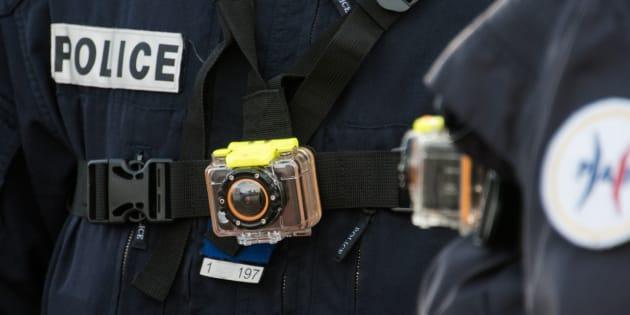 Un policier porte une caméra-piéton à Calais, le 2 mars 2016.