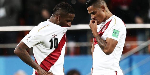 Los jugadores Jefferson Farfan y Anderson Santamaria se lamentan después de perder contra Francia 1-0. Perú ha quedado descalificada del Mundial.