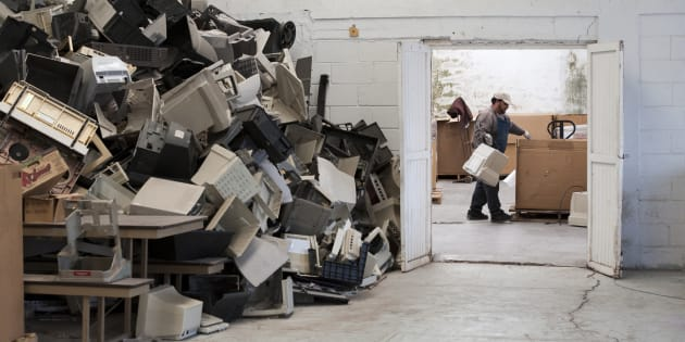 Una gran pila de piezas de computadoras esperan ser aplastadas en Rertoworks de México, en Fronteras, Sonora, México.