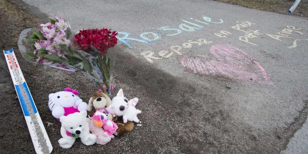 Des fleurs ont été déposées devant la maison où la petite Rosalie a été retrouvée.